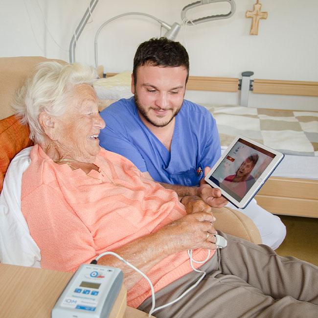 Pfleger beim Einsatz der Regionalen Infoplattform Pflege