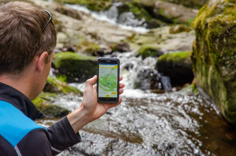 Wanderer bei der Nutzung der digitalen Wandernadel