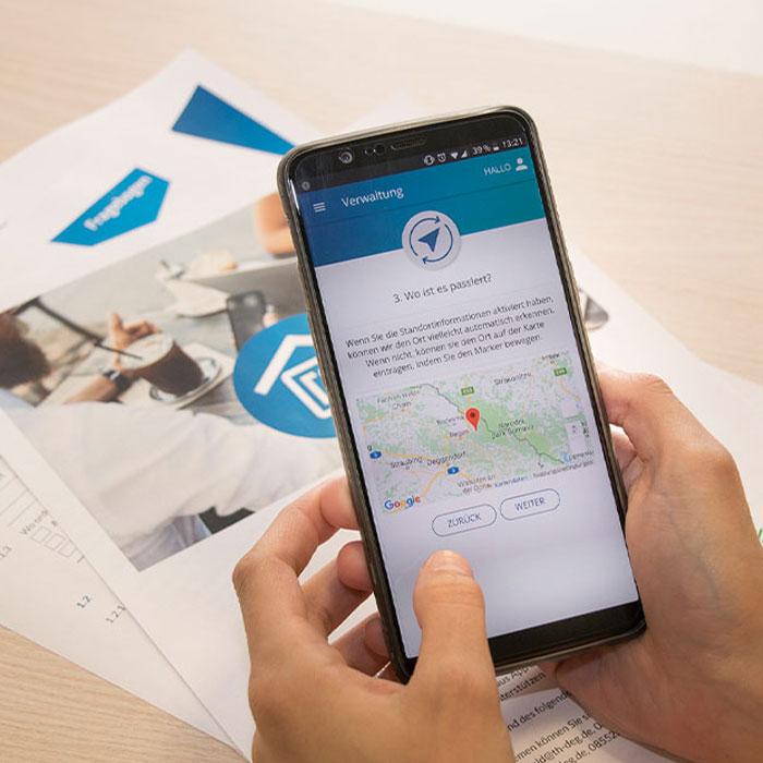 Nutzer bei der Verwendung der Rathaus App